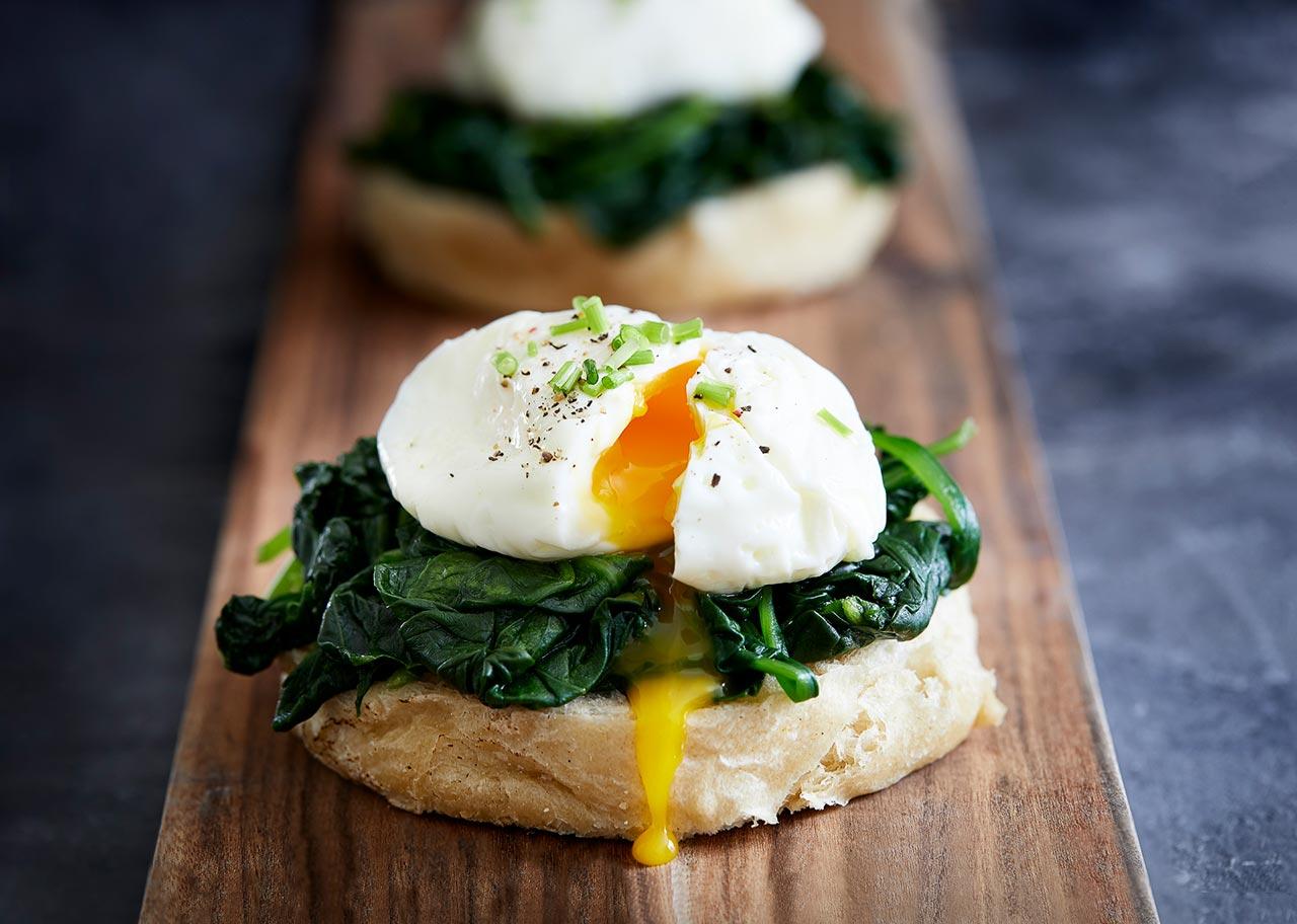 Pocheret æg på spinat
